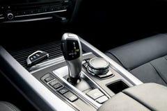 一辆现代汽车的自动变速杆,汽车内部细节 库存照片