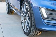 一辆现代汽车的轮胎和合金轮子在地面上的 库存照片