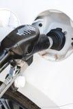 一辆现代汽车重新装满与在驻地的汽油 免版税库存照片