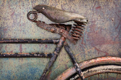 一辆生锈的古老自行车的细节有皮革位子的 库存图片