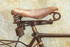一辆生锈的古老自行车的细节有皮革位子的 免版税库存照片