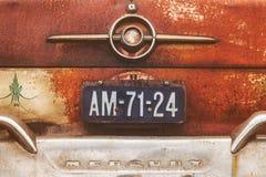 一辆生锈的定制的五十年代水星汽车的尾端 免版税库存照片