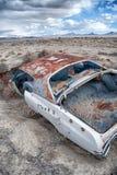 一辆生锈的汽车在沙漠 库存照片