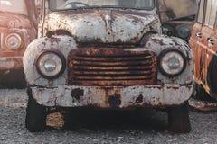 一辆生锈的汽车的前面车灯的细节 库存图片