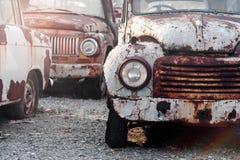 一辆生锈的汽车的前面车灯的细节 免版税库存图片