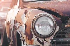 一辆生锈的汽车的前面车灯的细节 库存照片