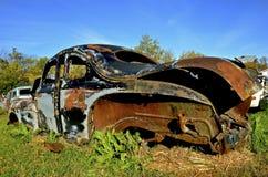 一辆生锈的汽车的生锈的框架 免版税库存照片