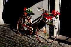 一辆用花装饰的自行车 免版税图库摄影