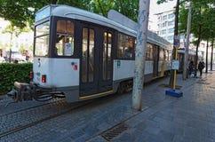 一辆电车的看法在铁路的在城市安特卫普的历史零件 比利时 免版税库存照片