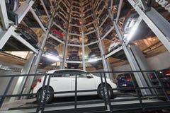 一辆白色汽车的底视图在停车处的 免版税库存图片