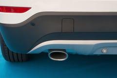 一辆白色汽车的排气管 免版税库存图片