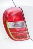 一辆白色汽车的红色尾灯 免版税库存照片