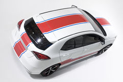 一辆白色汽车的顶视图。 库存照片