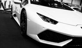 一辆白色豪华跑车Lamborghini Huracan LP 610-4的正面图 汽车外部细节 黑色白色 免版税库存图片