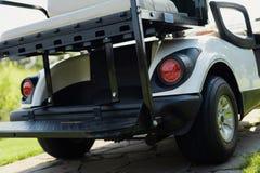 一辆白色高尔夫车的后面和树干 库存照片