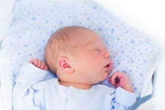 一辆白色婴儿推车的睡觉的婴孩 免版税库存照片