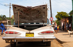 一辆白色经典汽车在路停放了 库存照片