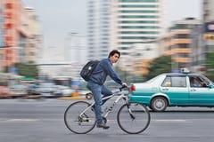 一辆白色UCC自行车的人,街市的昆明,中国 免版税库存照片