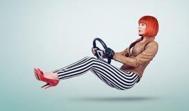 一辆皮夹克和手套司机汽车的有轮子的,自动概念少妇 免版税库存图片