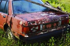一辆破旧的汽车在密林 库存图片