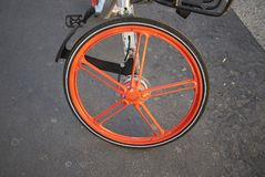 一辆租赁的自行车的轮子 库存图片