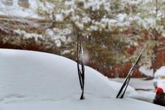 一辆积雪的汽车的风档刮水器在大雪以后的 免版税库存图片