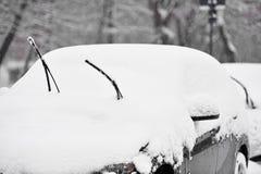 一辆积雪的汽车的风档刮水器 图库摄影