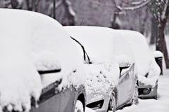 一辆积雪的汽车的风档刮水器 库存照片