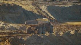 一辆空的采矿翻斗车通过含沙事业乘坐 股票录像