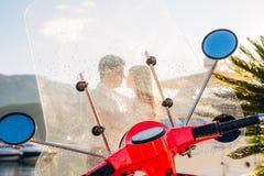 一辆红色减速火箭的脚踏车在小游艇船坞停放了 库存图片