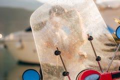 一辆红色减速火箭的脚踏车在小游艇船坞停放了 免版税库存图片