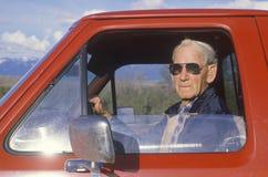 一辆红色卡车的一个老年人, 库存照片