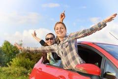 一辆红色汽车的女孩 免版税库存照片