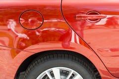 一辆红色汽车的片段的特写镜头 免版税库存图片