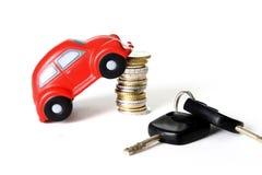 一辆红色玩具汽车的宏指令在堆的欧洲硬币 免版税库存照片