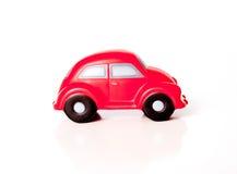一辆红色玩具汽车的特写镜头在白色背景的 库存照片