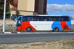 一辆红色白色和蓝色公共汽车 免版税库存图片