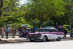 一辆红色白色经典汽车在古巴 库存图片