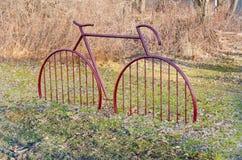 以一辆红色自行车的形式自行车停车处 免版税库存照片
