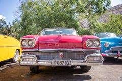 一辆红色经典美国人Oldsmobile汽车前面  免版税库存图片