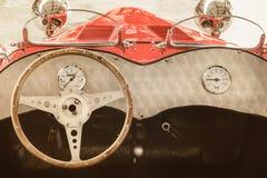 一辆经典成套工具汽车敞篷车的内部 库存图片