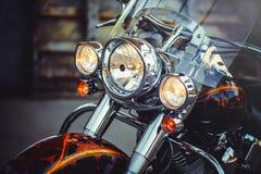 一辆经典摩托车的前灯,美好艺术性处理飞行物日历的和做广告 库存照片