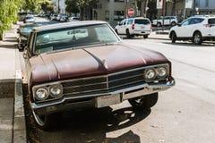 一辆经典汽车的前面的细节在一条街道上的在旧金山,加利福尼亚,美国 免版税库存图片