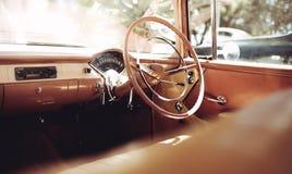 一辆经典葡萄酒汽车的仪表板 库存图片