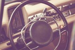 一辆经典葡萄酒汽车的内部 图库摄影