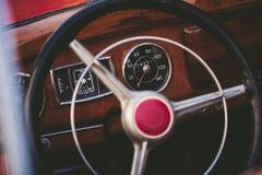一辆经典葡萄酒汽车的内部 库存图片