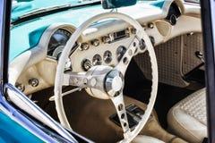 一辆经典葡萄酒汽车的内部 免版税库存照片