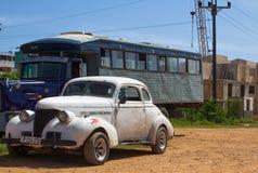 一辆美丽的白色经典汽车在古巴 免版税图库摄影