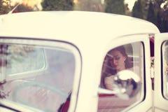 一辆美丽的老汽车的新娘 库存照片