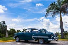 一辆美丽的经典汽车在古巴 库存照片